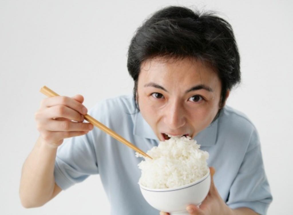 Luôn cố gắng ăn chậm, nhai kỹ trong bữa ăn để tránh tình trạng bị nghẹn cổ trong khi ăn