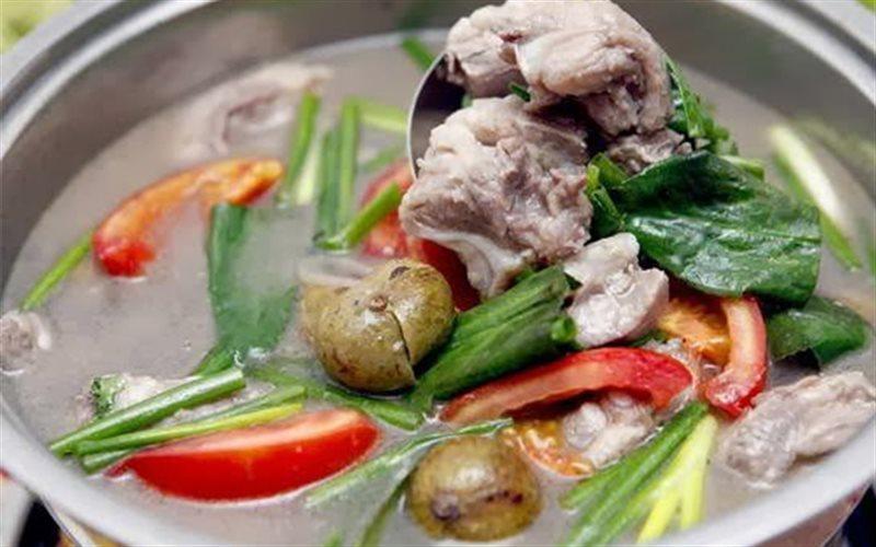 Món ăn canh sườn nấu sấu rất phù hợp với các mẹ trong giai đoạn ốm nghén