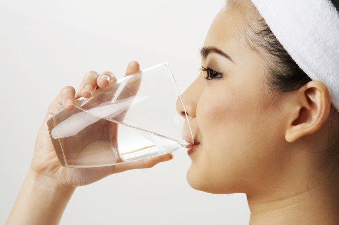Uống nước thật nhiều khi bị nghẹn để giảm tối đa tình trạng khó chịu cổ họng
