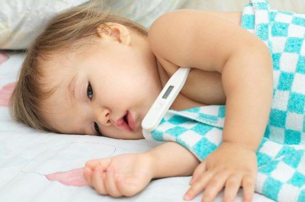 trẻ sơ sinh tiêm phòng bị sốt